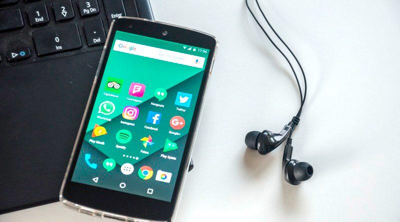 Laptop und Smartphone, mehr braucht es normalerweise nicht um an einer digitalen Mitgliederversammlung teilzunehmen.