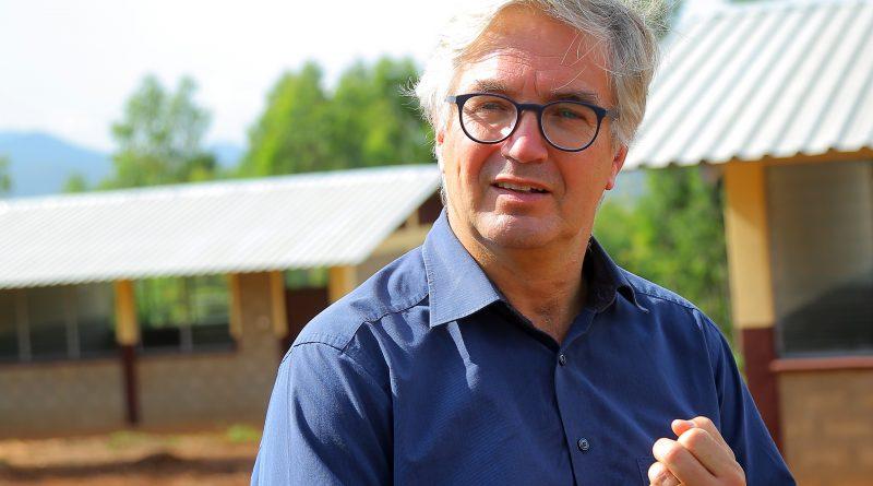 Dr. Sebastian Brandis vor einer neu gebauten Schule in Dano-NGO